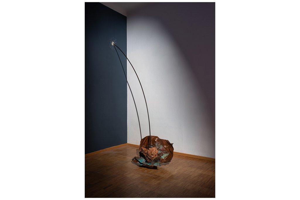 """PIETRO COLETTA-""""Scia della meteora""""-2007-ferro,rame.pietra -h 320cm"""